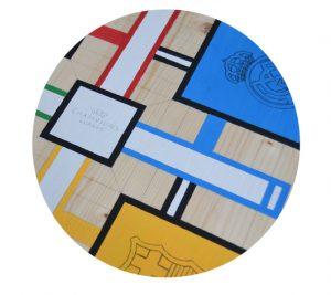 Lijada la superficie del tablero de madera, se traza la cuadrícula y se dibujan los contornos de las figuras o motivos (medievales, deportivos, infantiles, geométricos)