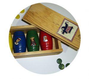 La caja se pinta y envejece con cera. Los cubiletes de las fichas también pueden personalizarse en consonancia con los motivos elegidos en el tablero.